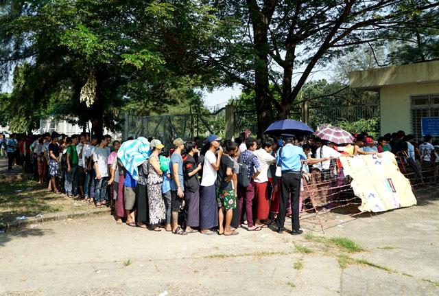 người dân Myanmar xếp hạng mua vé